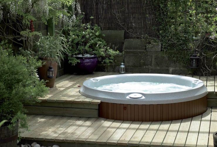 Jacuzzi in decking