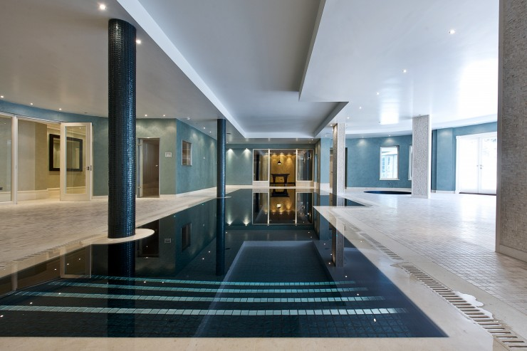 Indoor pool with pillars